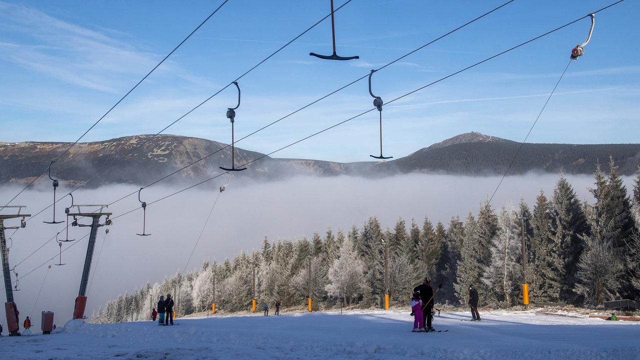 Vlyžařském areálu vPeci pod Sněžkou se před Vánoci zapřísných protikoronavirových opatření rozjela lyžařská sezona. Podevíti dnech ale skončila astředisku naskakují finanční ztráty.