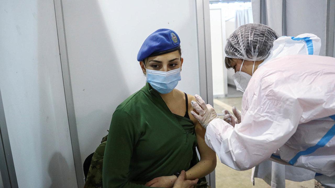 Vojáci mají přednost. Srbská vojákyně je očkovaná čínskou vakcínou firmy Sinopharm. Kromě zdravotníků nebo seniorů se vSrbsku očkují ivojáci či policisté.