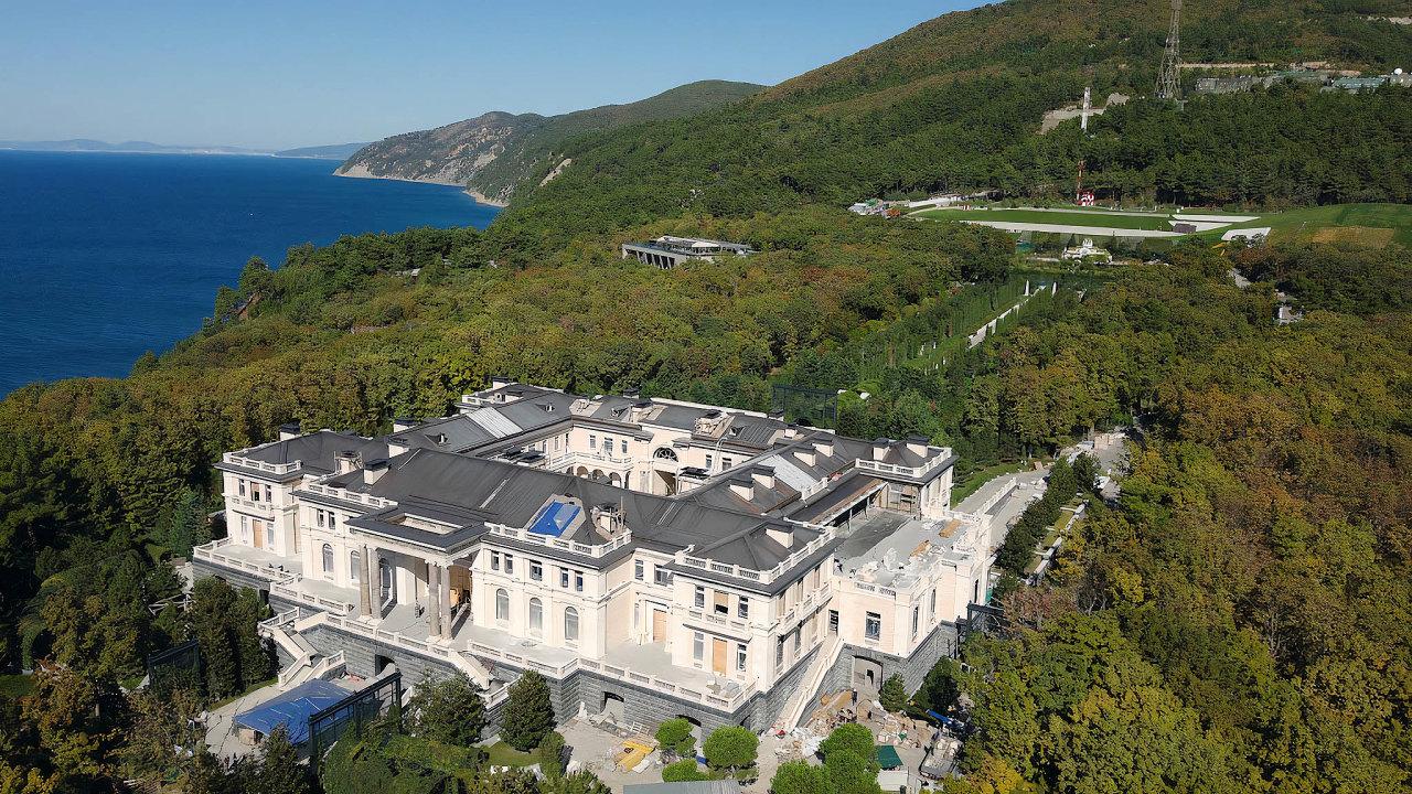 Větší než jinde. Monumentální palácový labyrint načernomořském pobřeží sdrahými interiéry asložitými technologickými řešeními je stále vevýstavbě. Kdo to ale platí?
