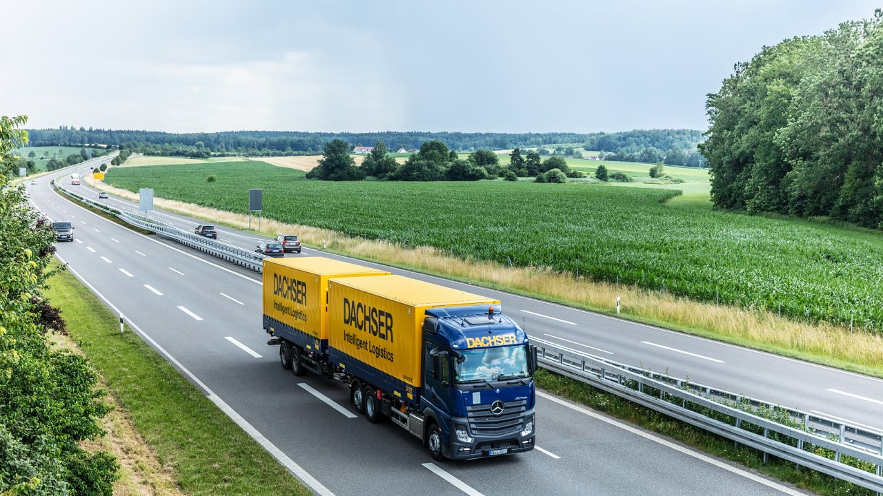 Kamion Dachseru míří po dálnici do Hamburku.