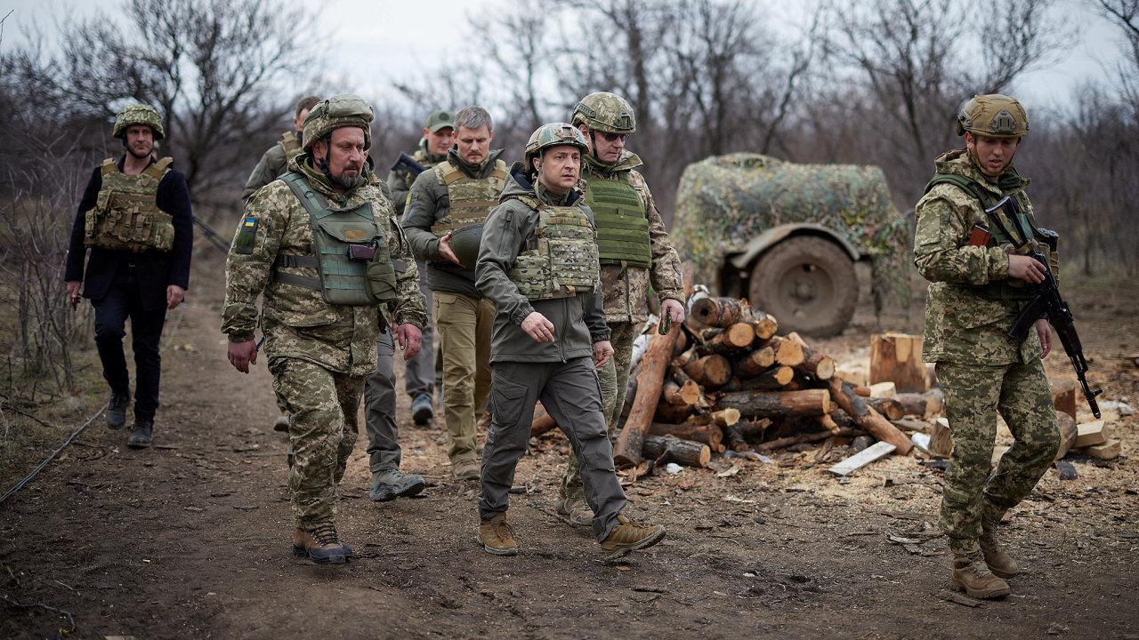 Případ Vrbětice se oživil v době zvýšeného napětí mezi Západem a Ruskem, kdy Moskva vyslala k hranicím Ukrajiny desítky tisíc vojáků. Na fotce ukrajinský prezident Zelenskyj na frontě v Donbasu.