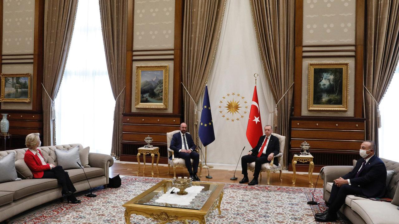 Svět obletěl příklad ponížení, které musela vTurecku strpět předsedkyně Evropské komise Ursula von der Leyenová. Hostitel, turecký prezident Recep Tayyip Erdogan, pro ni nepřichystal židli.