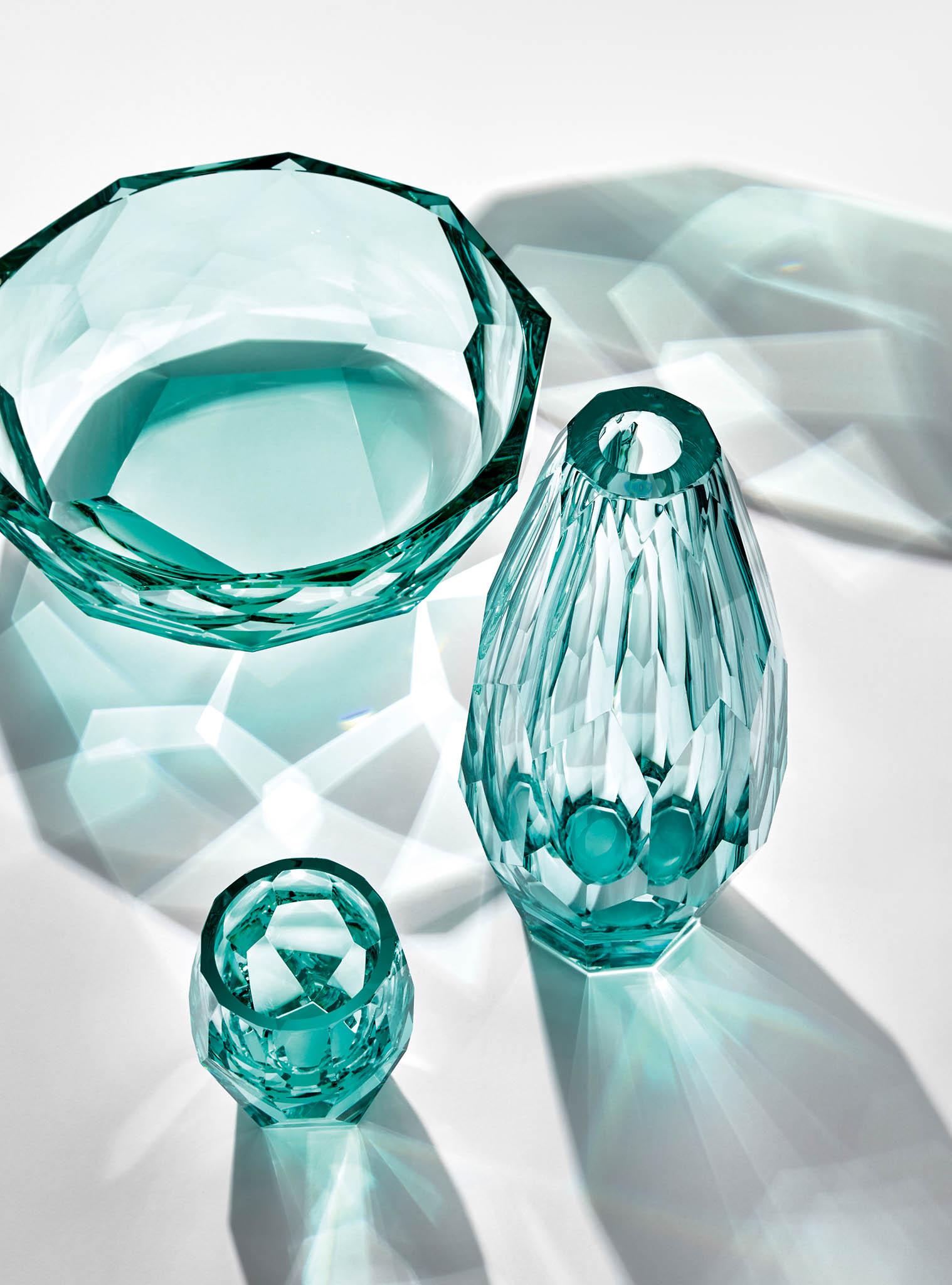 Se sklenicí zikonické kolekce Kubismus odkarlovarské sklárny Moser se vám vruce rozehraje tanec světla astínu, to vše velegantních moserovských barvách.