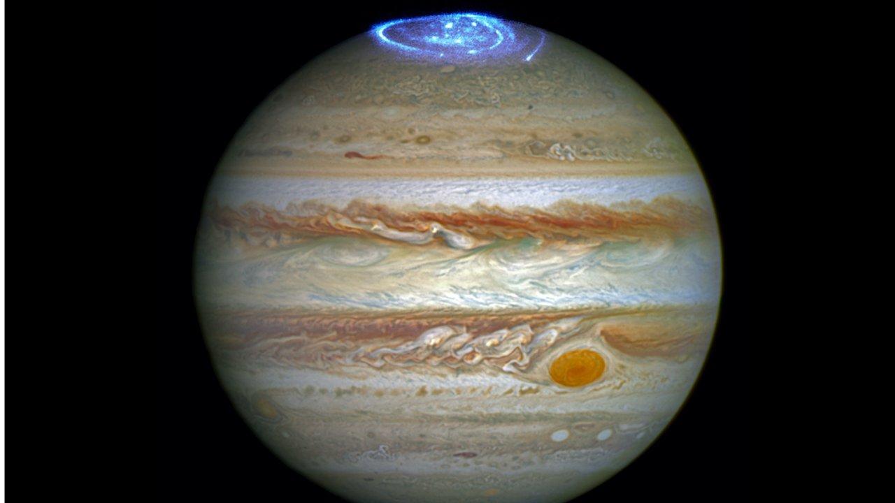 Polární záře na Jupiteru ohřívají jeho atmosféru až na 325 stupňů Celsia. Vědcům to pomůže i při hledání planet, na kterých by mohl být život.