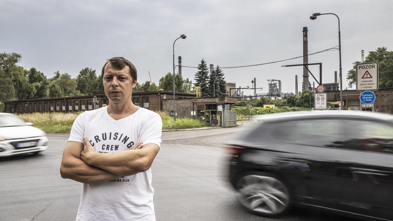 Roman Pecháček z Radvanic před jednou z bran největšího hutního podniku v zemi Liberty Ostrava