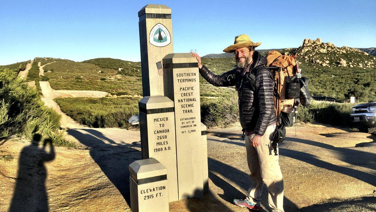 Tim Voors na začátku své 4265 kilometrů dlouhé cesty na tzv. Jižním konci (Southern Terminus) Pacifické hřebenovky poblíž kalifornského městečka Campo u americko-mexické hranice.