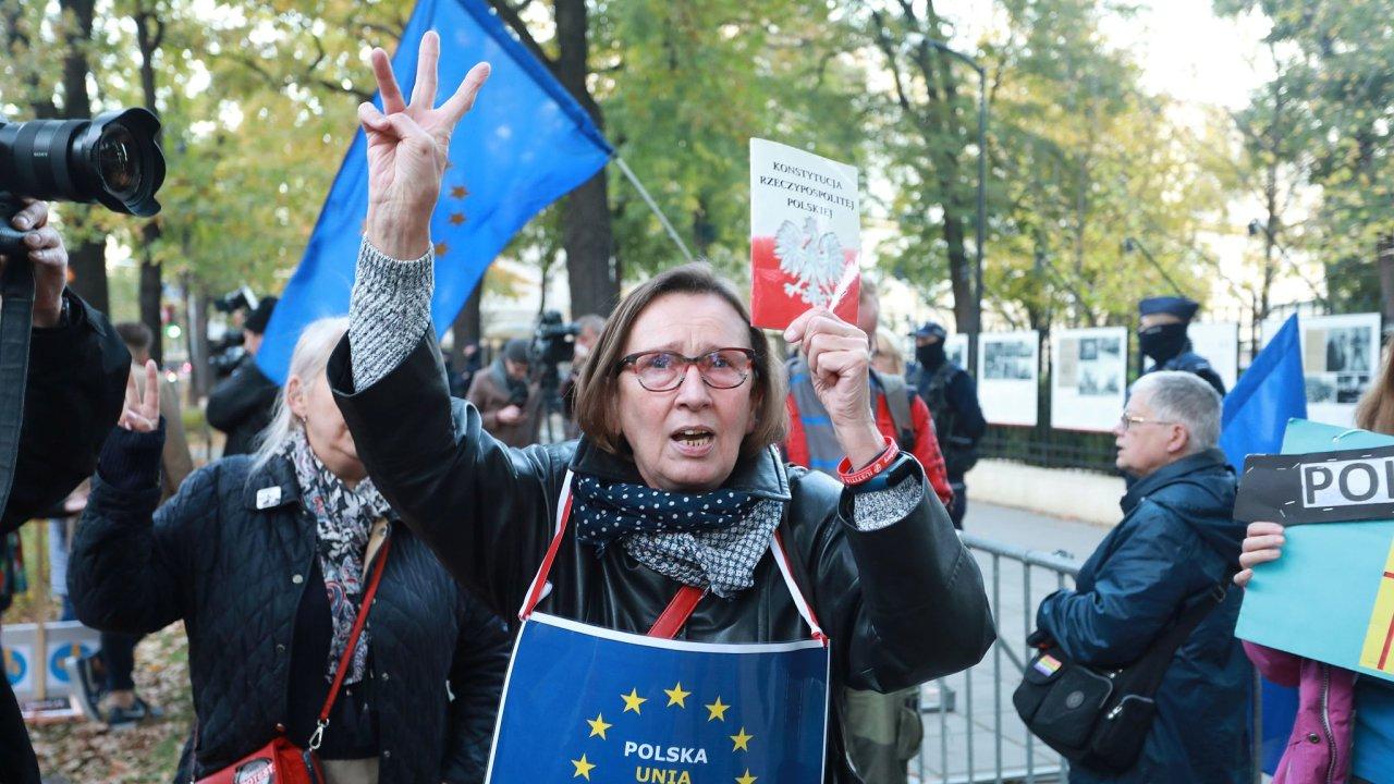 Protest před budovou polského Ústavního soudu ve Varšavě ve čtvrtek, kdy soud rozhodl o nadřazenosti polského práva unijnímu.