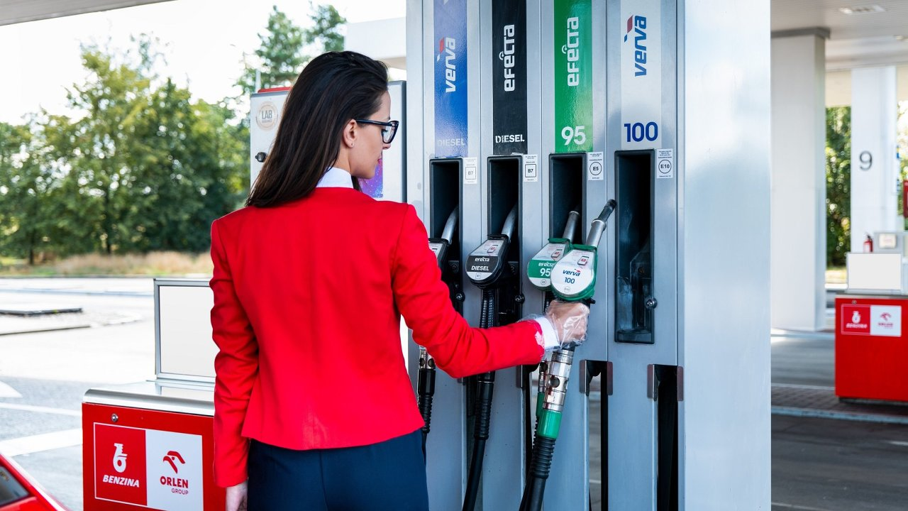 V nabídce je automobilový benzin Verva 100, který je dostupný na 283 čerpacích stanicích Benzina Orlen. Pro majitele vozidel se vznětovými motory je určena nafta Verva Diesel (ilustrační snímek).