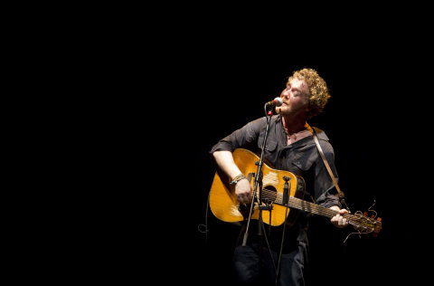 Irský zpěvák Glen Hansard vystoupil 30. září v pražském Divadle Archa