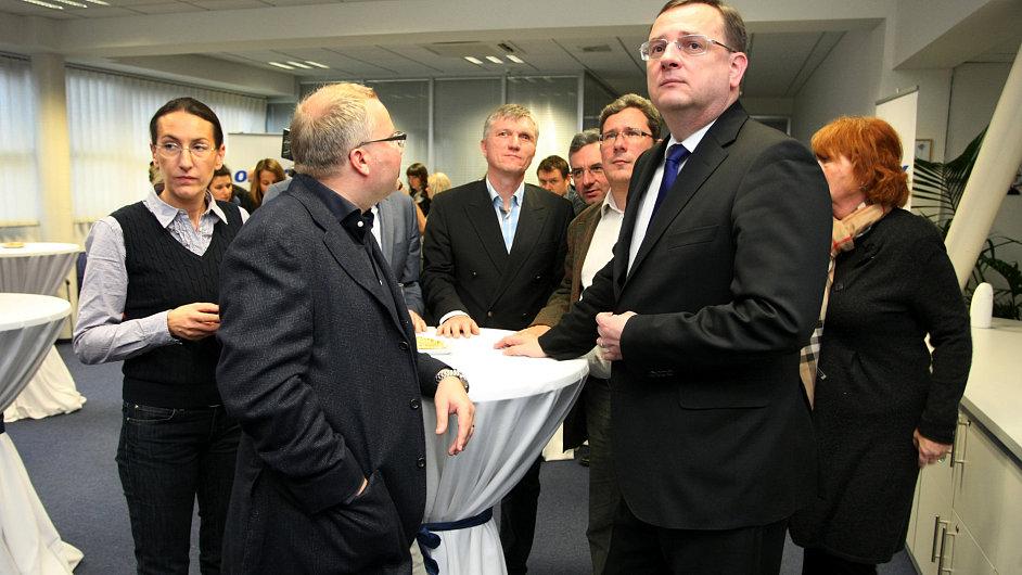 Premiér Nečas i šéf poradců Vrbík (za premiérem) sledují výsledky krajských a senátních voleb.