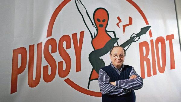 Kdyby Pussy Riot zpívaly v garáži,  vůbec nic by se nestalo, říká ruský kurátor Andrej Jerofejev.