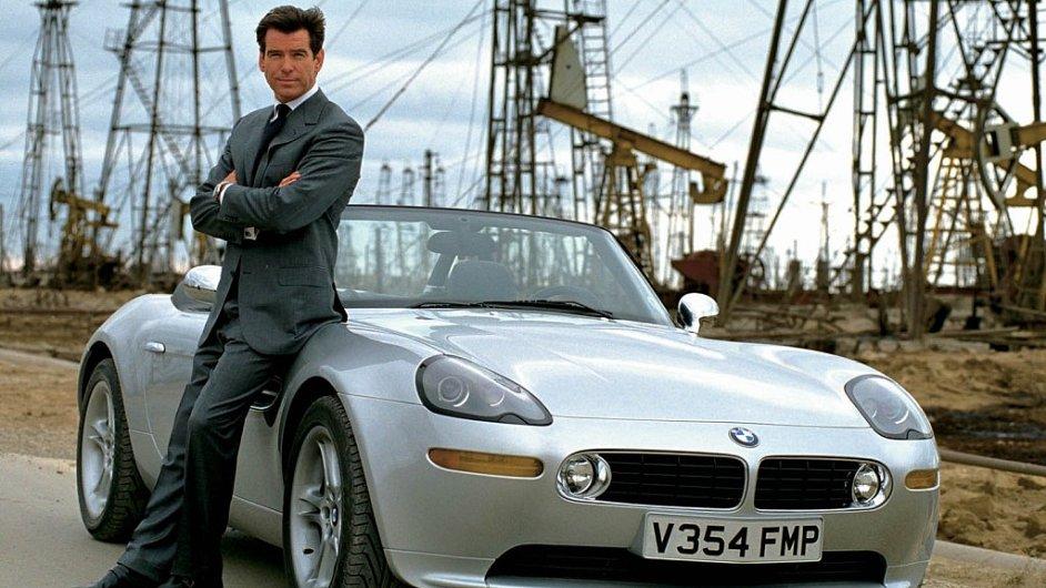 James Bond a jeho BMW Z8. Podobné auto je k dostání za 2,5 milionu korun