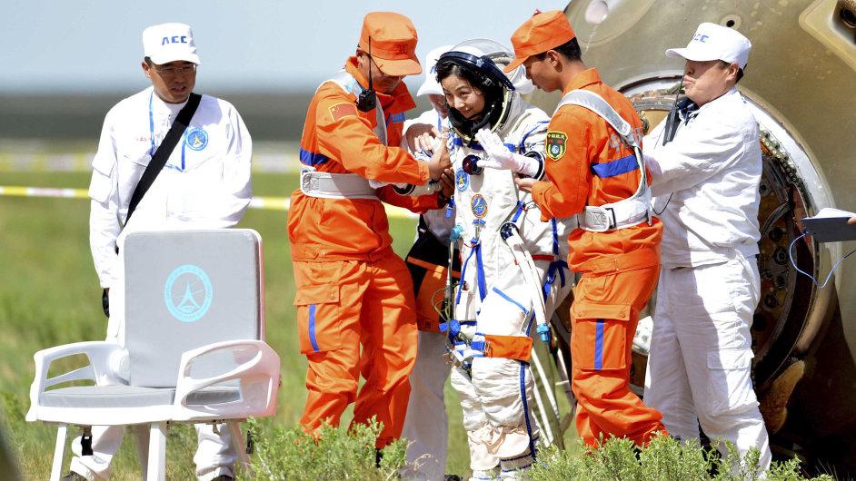 Čínská kosmonautka po přistání na Zemi