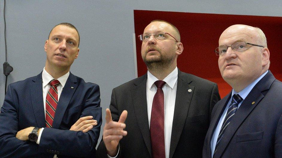 Zleva Jan Wolf, Jan Bartošek a Daniel Hermann ve volebním štábu KDU-ČSL v Praze očekávají výsledky senátních voleb