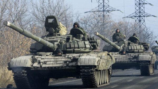 Nové vybavení: Pozorovatelé opakovaně viděli kolony s těžkou vojenskou technikou v okolí Doněcku. Moskva popírá, že by šlo o jejich jednotky.