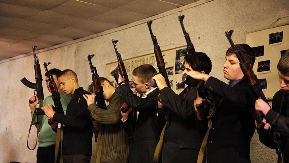 Studenti mariupolské střední školy se cvičí v obraně
