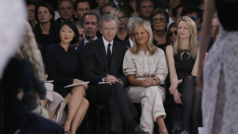 Bůh mezi lidmi. Miliardář Bernard Arnault (na snímku uprostřed) vybudoval impérium, které ovládlo celosvětový trh s luxusem.