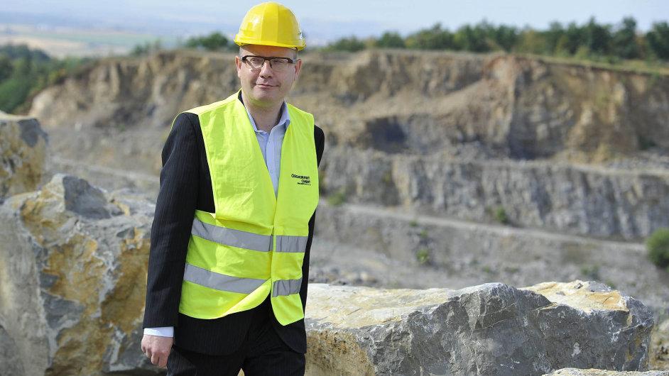 Jednou jsi v dole, jednou na hoře… Premiér Bohuslav Sobotka při pracovní návštěvě Jihomoravského kraje navštívil i lom a cementárnu v Mokré.