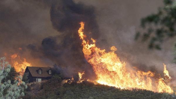 Tři domy v oblasti Dolního jezera už lehly popelem a dalších 450 objektů je bezprostředně ohroženo.