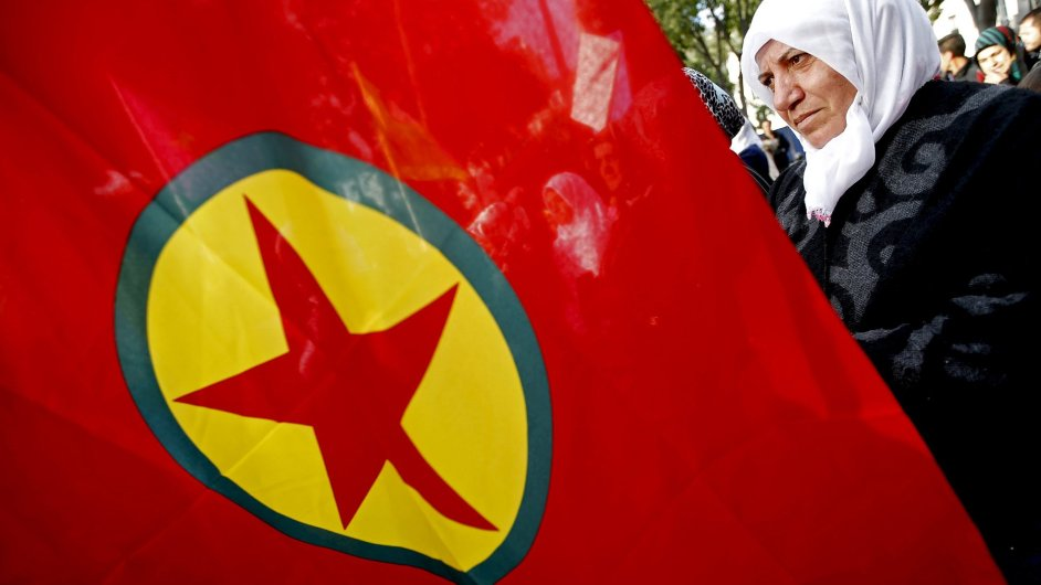Žena s vlajkou Strany kurdských pracujících (PKK), která ukončila jednostranné příměří uzavřené před volbami.