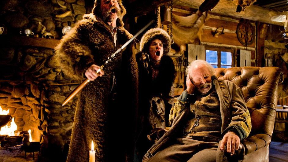 Kurt Russell, Jennifer Jason Leighová a Bruce Dern na snímku z filmu Osm hrozných.