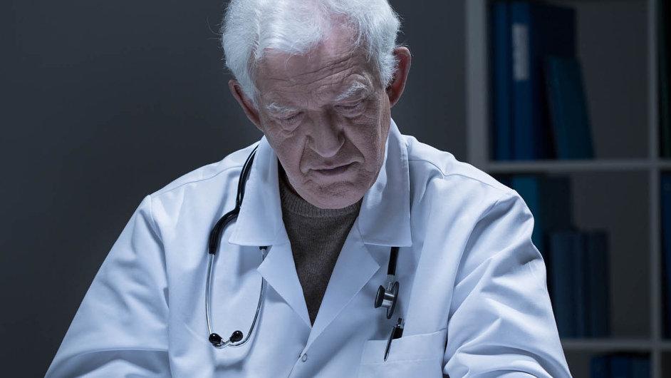 Nepracujících lékařů-důchodců je 6651. Opovolení předepisovat léky si prozatím zažádalo 4261 znich.