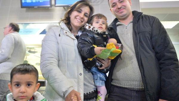 První skupina uprchlíků z Iráku dorazila do Prahy.