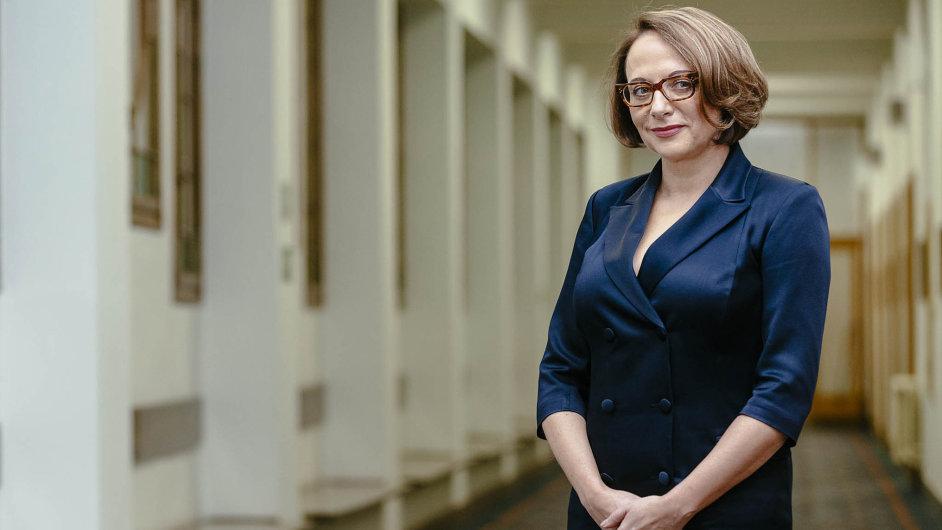 Adriana Krnáčová, dříve šéfka české pobočky Transparency International, chtěla vládnout jinak než předchůdci. Zjistila ale, že loajalitu nejvíc zajistí placené funkce.