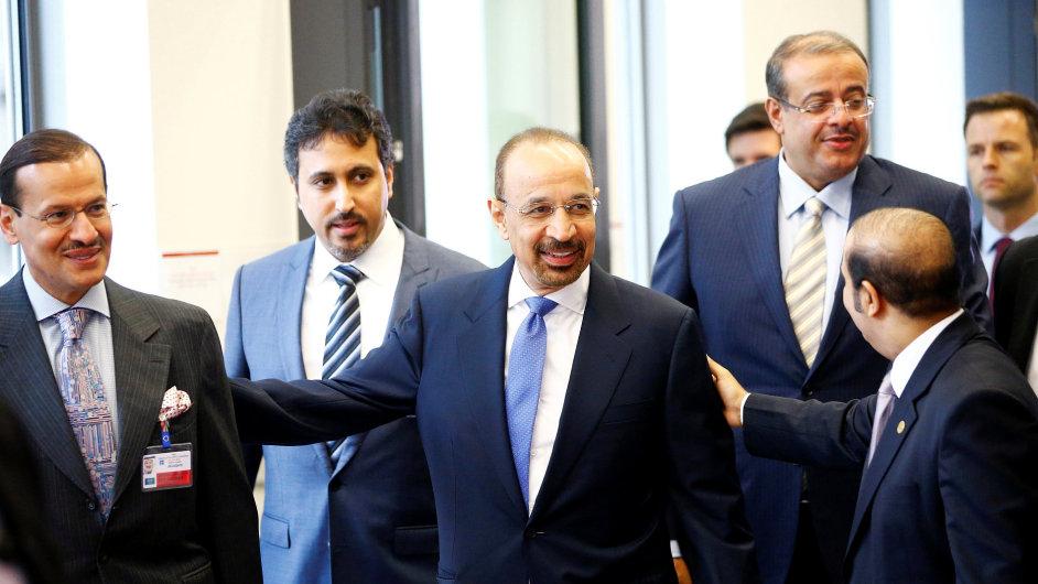 Saúdský ministr pro energetiku Khalid al-Falih (uprostřed) dorazil na setkání OPEC ve Vídni.