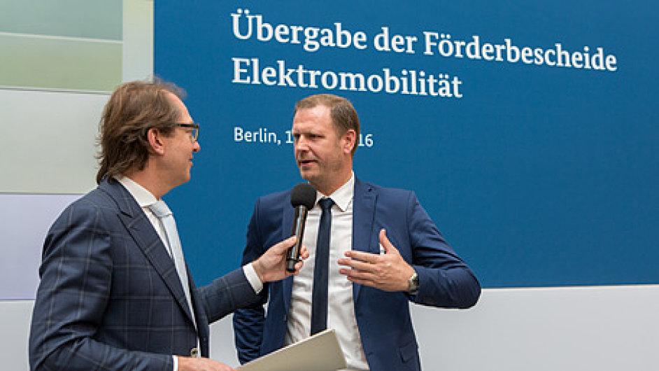 Generální ředitel DSV Road v Německu, Peter Fog-Petersen (vpravo), převzal grant osobně od ministra Alexandra Dobrindta.
