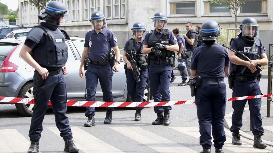 Francouzští policisté v souvislosti s terorismem zadrželi už pět lidí.
