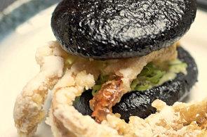 Modr� krab a kavi�r z l�taj�c�ch ryb v inkoustov� bulce. Tak p�ipravuje burgery ��fkucha� z Asian Temple