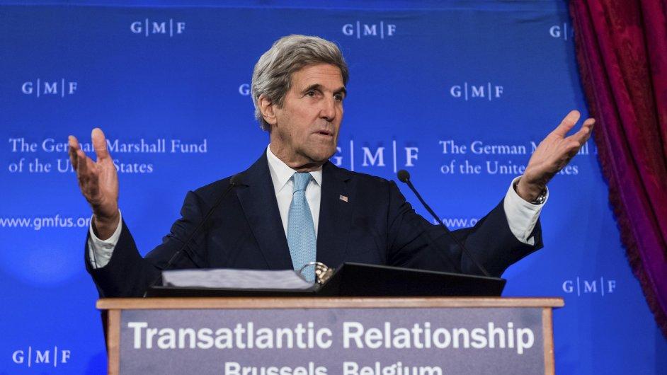 John Kerry během svého proslovu v Bruselu.