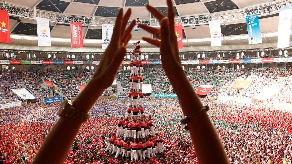Colla Vella Xiquets de Valls form a human tower called
