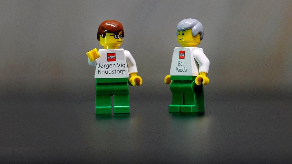 """Klíčoví muži Lega: Takhle vypadají firemní vizitky """"vládců"""" Lega Jorgena Knudstorpa (vlevo) aBaliho Paddy. Nazádech mají lego panáčci kontaktní údaje."""