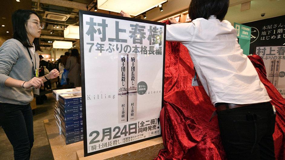 Na snímku z knihkupectví v japonské Ósace je plakát avizující nový román Harukiho Murakamiho Zabít komtura.