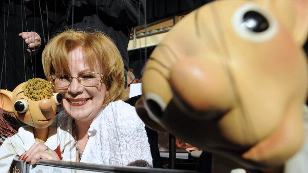 V roce 2008 vyhrála osmiletý soudní spor o práva na obě postavy Spejbla a Hurvínka, čímž této scéně zajistila další existenci.