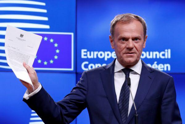 Donald Tusk s dopisem aktivujícím odchod Británie z Evropské unie.