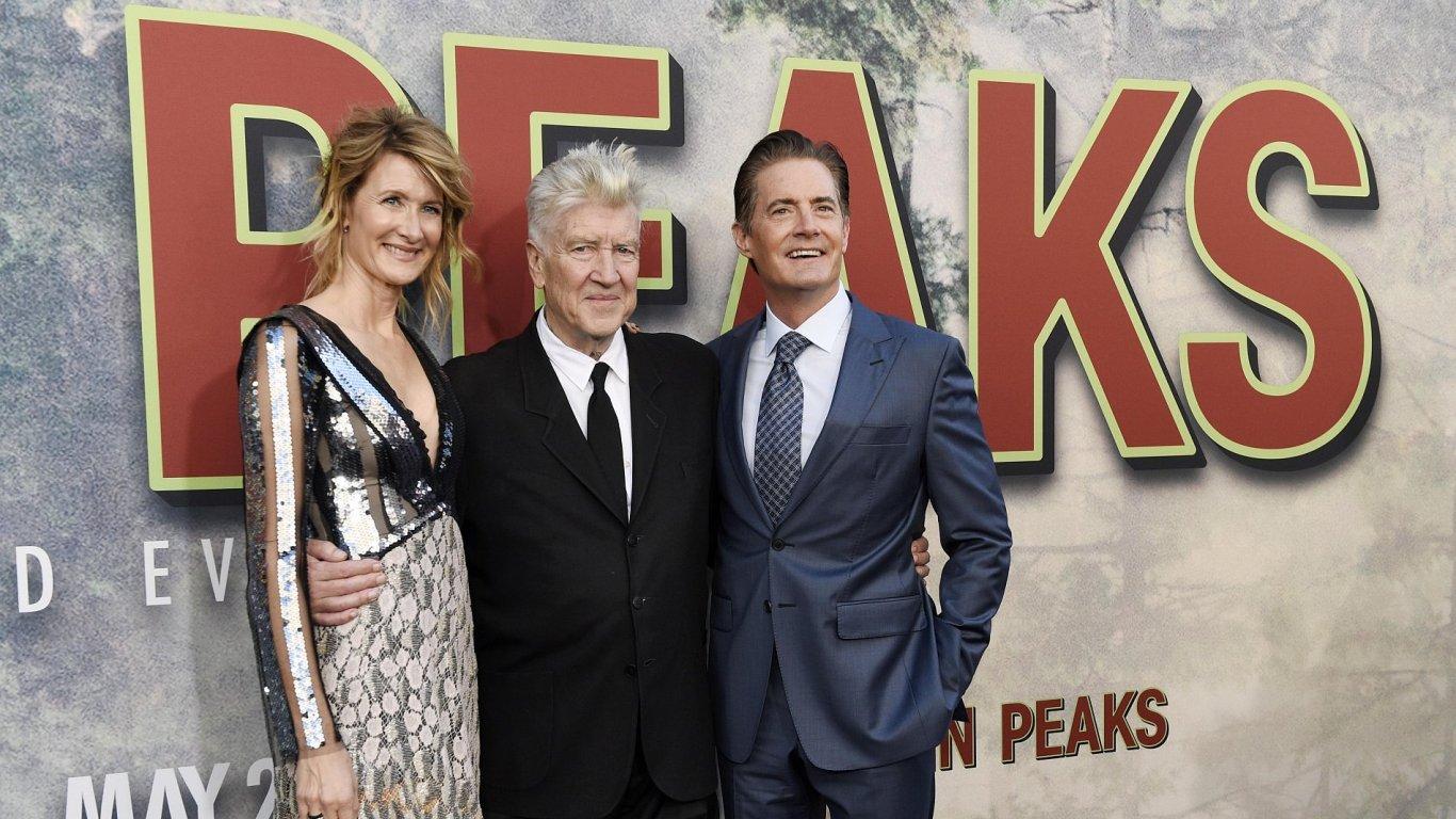 Herci Laura Dernová a Kyle MacLachlan (vpravo) pózují s režisérem Davidem Lynchem (uprostřed) na světové premiéře nových Twin Peaks.