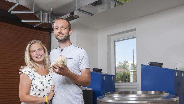 Petra aZdeněk Stránští začali svýrobou před třemi lety. Sami řepu čistí, vaří avymysleli ispeciální technologii. Letos chtějí uvařit až dva tisíce lahví sirobu.