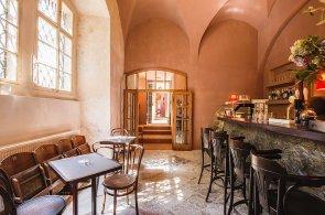 Zápisky protivného hosta: Café de Paris otevřelo u Lennonovy zdi bistro. Brněnský Pavillon má nového šéfkuchaře