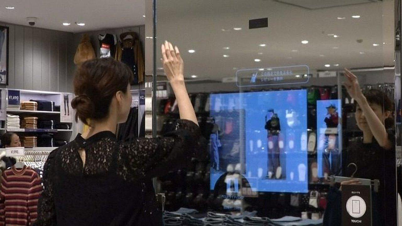 Chytré zrcadlo v obchodě poradí s nákupem oblečení. Novinku mají zatím jen v Japonsku.