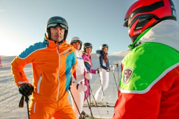Nebojte se zvolit na lyže výrazné barvy. Vypadají dobře a také přispějí k vašemu bezpečí.