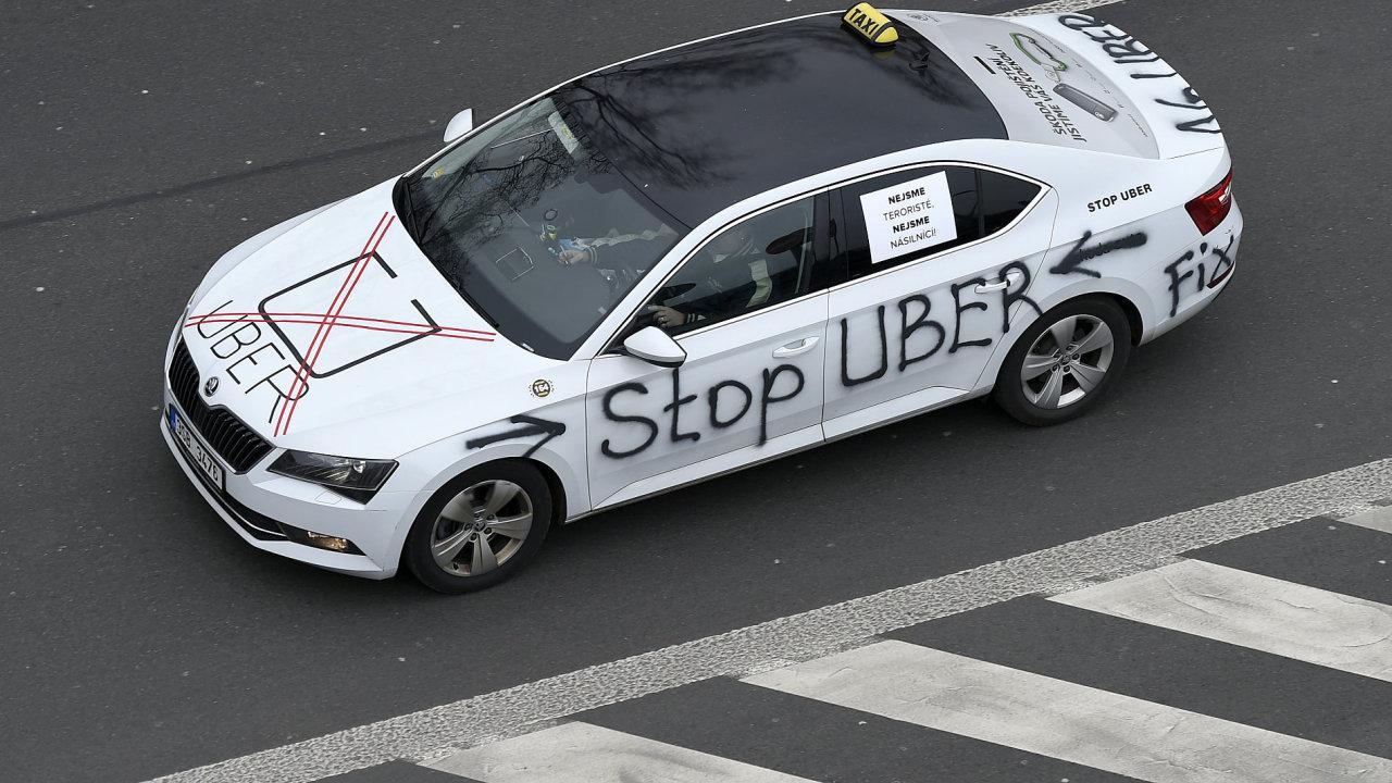 Taxikáři pokračovali v Praze v protestech proti službám typu Uber.