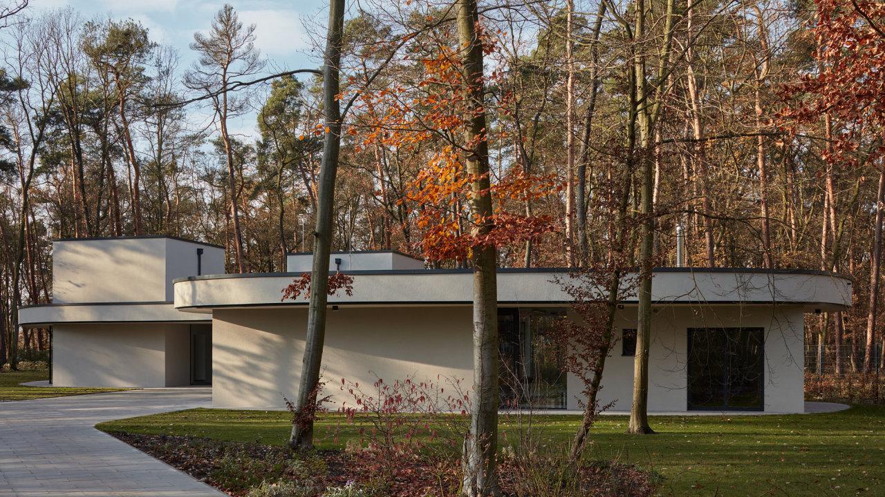V rámci architektonické koncepce byly obytné části domu vepsány do organicky tvarované střechy.