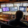 Ve vysokých pecích řídí provoz na směně dva operátoři ve velíně a mají k dispozici údaje ze senzorů a kamer, které sledují kolem pěti tisíc položek.