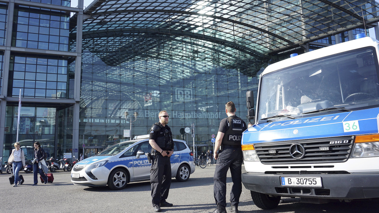 Policie hlídá hlavní nádraží v Berlíně, které je zavřené kvůli likvidaci bomby z druhé světové války.