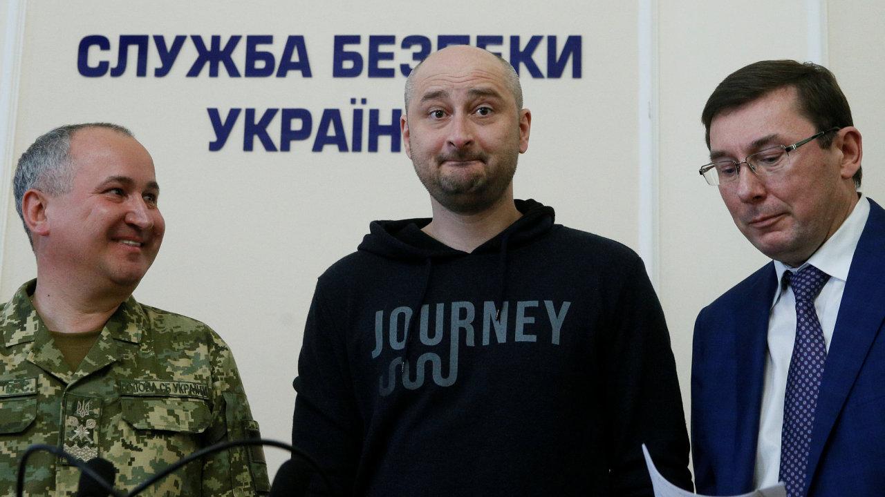Arkadij Babčenko poté, co se objevil na tiskové konferenci ukrajinské tajné služby SBU.