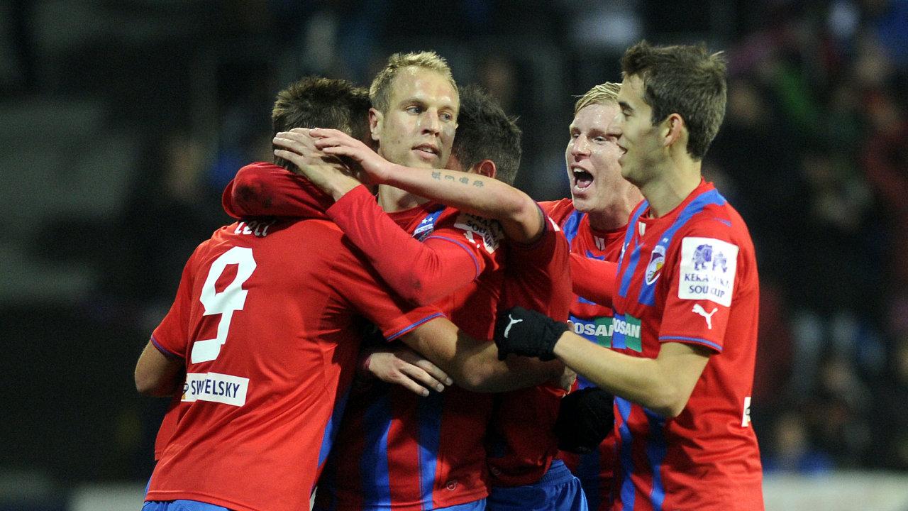 Hráči vítězné Plzně se radují z gólu