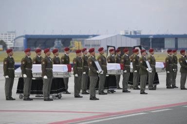 Česko se rozloučilo s padlými vojáky. V Praze se jim poklonili nejvyšší představitelé země, lidé v ulicích tleskali
